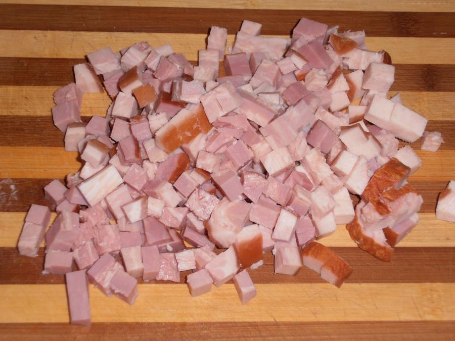 нарезать куриное копченное мясо